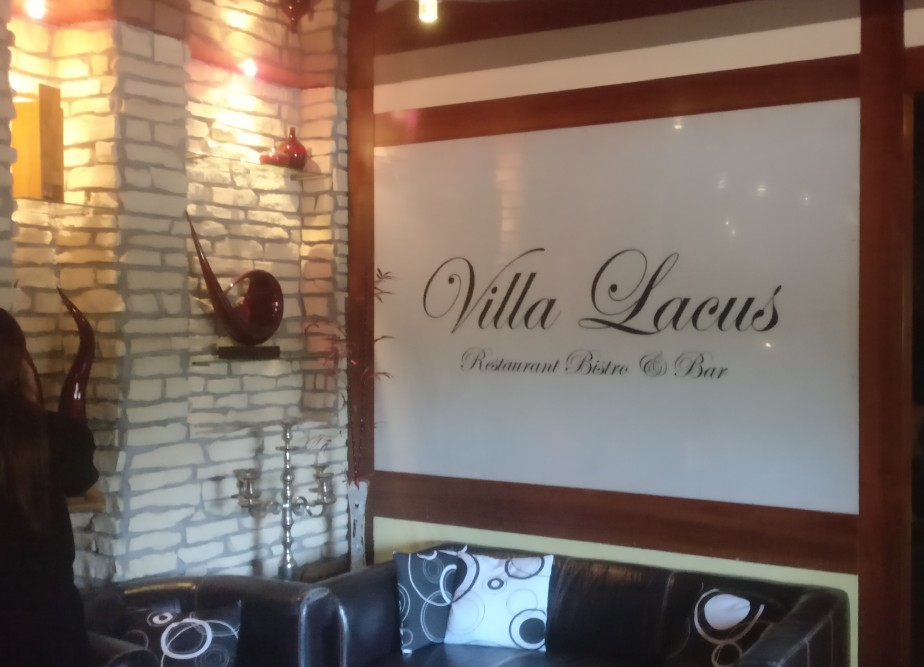Die Lounge der Villa Lacus. Sehr komod hat es die Seele hier.