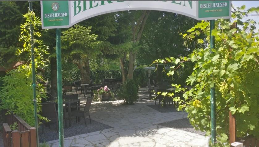 Der Biergarten der Villa Lacus verheißt Kühlung von außen wie von innen. Natürlich hilft die Lage am See dabei mit.