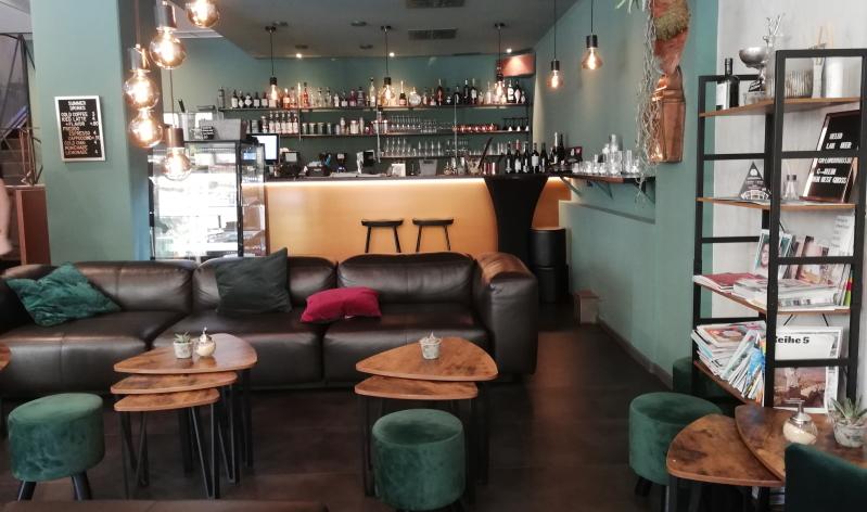 Café & Bar deer: Moderne Einrichtung und Wohlfühlfaktor verient.