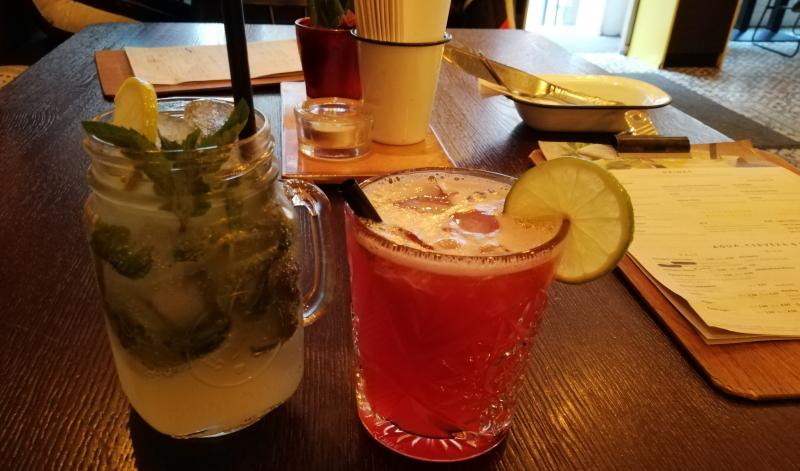 Cocktails, Mocktails, Limonade. Im Adelitas wird man auch bei den Getränke schnell fündig.