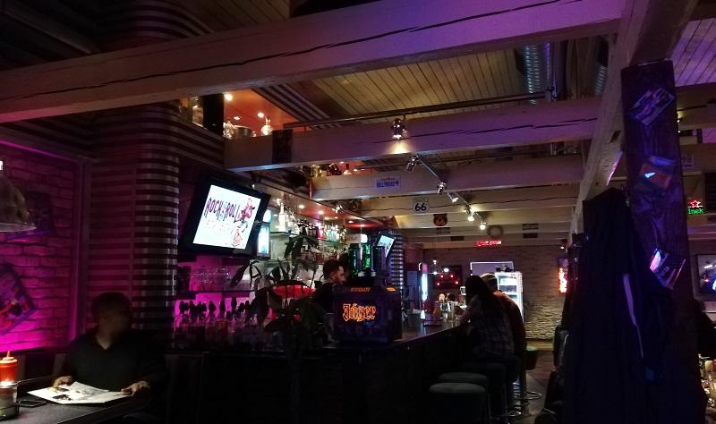 Rund um die Bar in Moe's Roadhouse finden sich tolle amerikanische Dekoelemente.