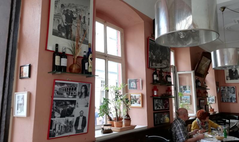 Der schmale Gastraum der Osteria Alfredo ist zugleich auch die Küche.