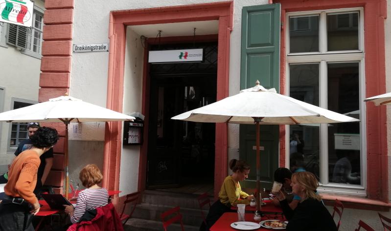 Die italienische Flagge auf dem Schild der Osteria Alfredo blitzt einem schon auf der Hauptstraße in Heidelberg entgegen.